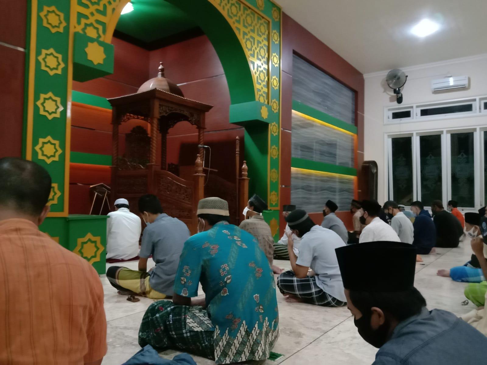 Dengan mengikuti aturan jaga jarak jamaah masjid NU mengikuti pembacaan doa akhir dan awal tahun
