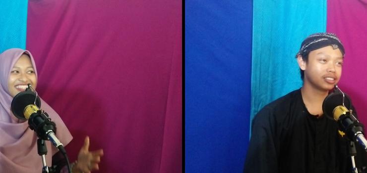 Dua orang Vokalis Sanggar Musik Lesbumi tengah mengikuti rekaman lagu adaptasi geguritan