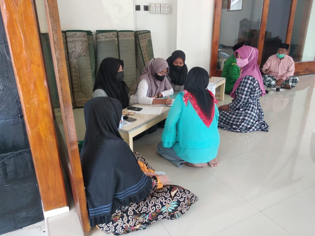 Ibu-ibu yang tinggal di sekitar masjid Al Hikmah ikut mendaftar Kartanu