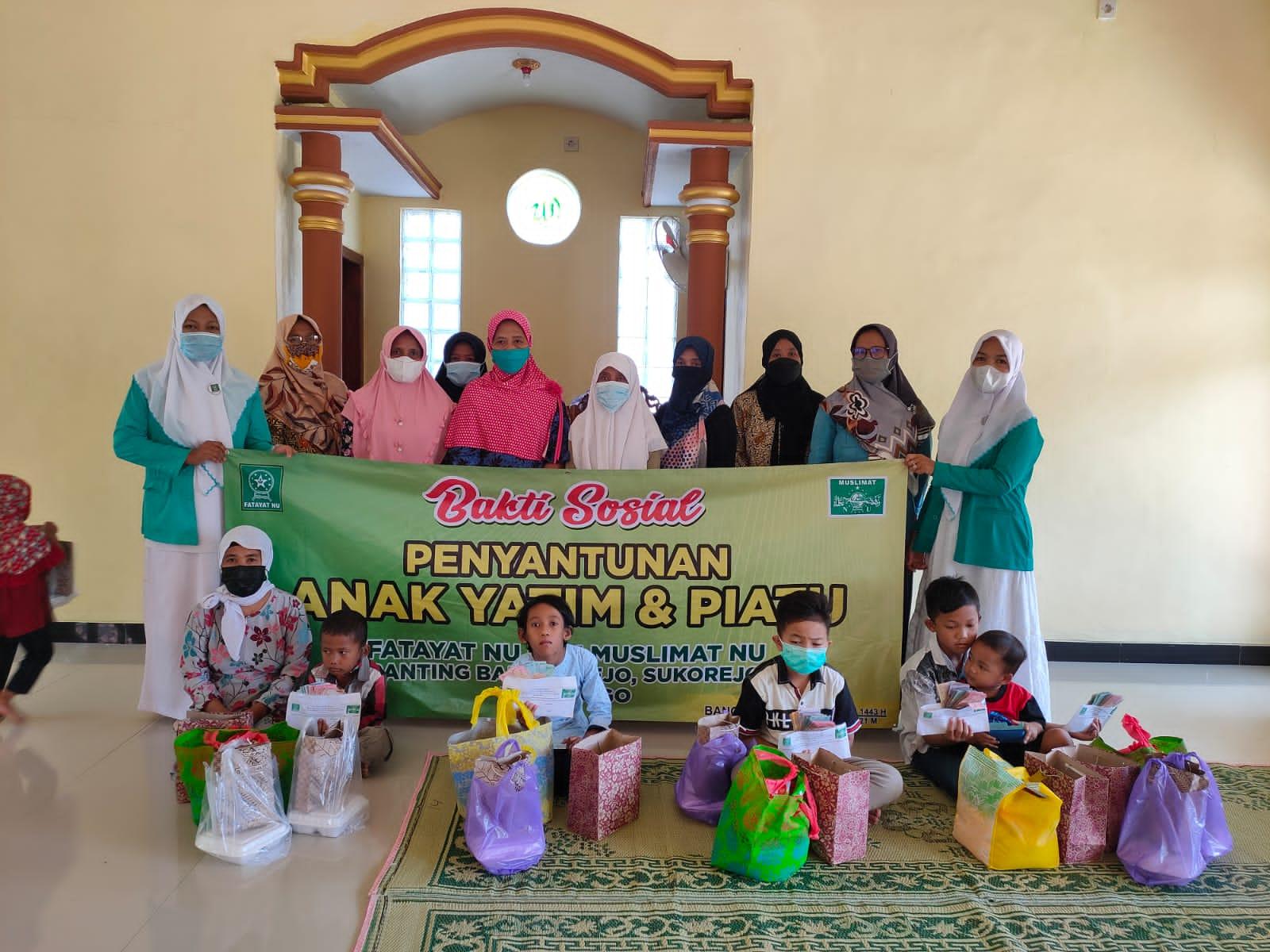 Jajaran pengurus PR Fatayat dan Muslimat NU Bangunrejo berpose bersama para anak yatim-piatu
