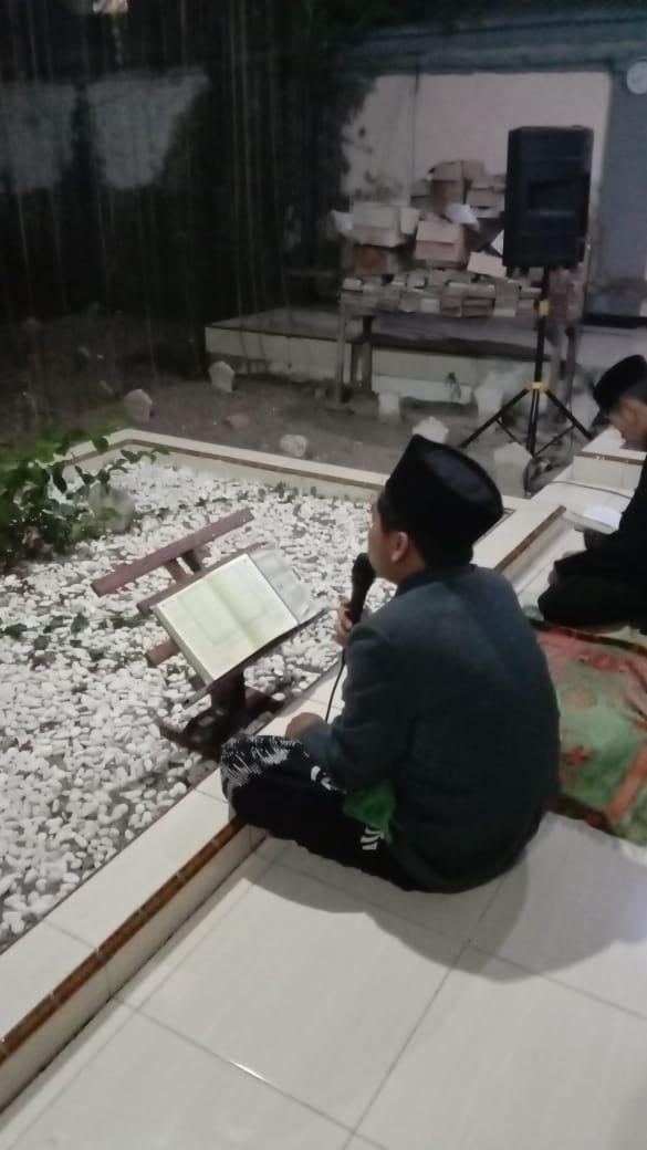 Khotaman Al-Qur'an digelar pengurus PP Thoriqul Huda Cekok (Babadan) di makam para Masyayikh masjid Syuhada dan pendiri pesantren