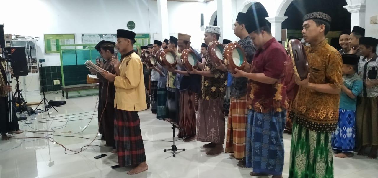 Mahallul qiyam dalam pembacaan salawat dilakukan para santri PP Roudlotut Tholibin dan remaja masjid Baitul Huda Tamansari, Carangrejo (Sampung)