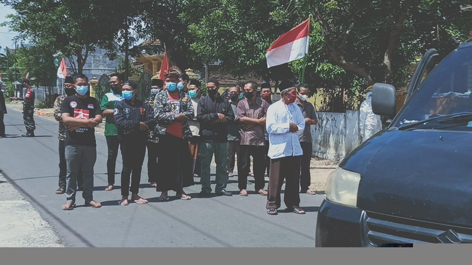 Para aktivis GP Ansor Babadan serta relawan LPBI NU Ponorogo menjadi ma'mum salat jenazah almarhum Mahmudin Asrofi. Tampak anggota Banser mengamankan alur lalu lintas
