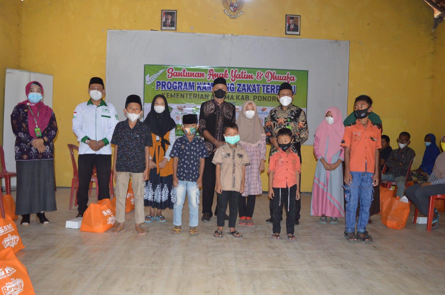 Para anak yatim dan dhuafa berpose bersama Kepala Kantor Kemenag Ponorogo H. Syaikhul Hadi (baju batik, masker putih) usai menerima santunan Lazisnu