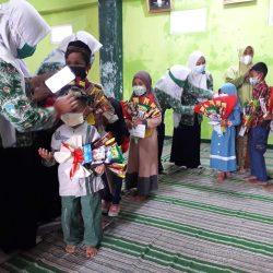 Para pengurus PAC Fatayat NU Pulung membagikan santunan kepada sejumlah anak yatim