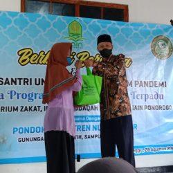 Pembagian 41 paket sembako bagi kaum dhu'afa dan santunan 10 anak yatim oleh Laboratorium Zakat Infak, Shadaqoh dan Wakaf IAIN Ponorogo (L-ZISWAF)