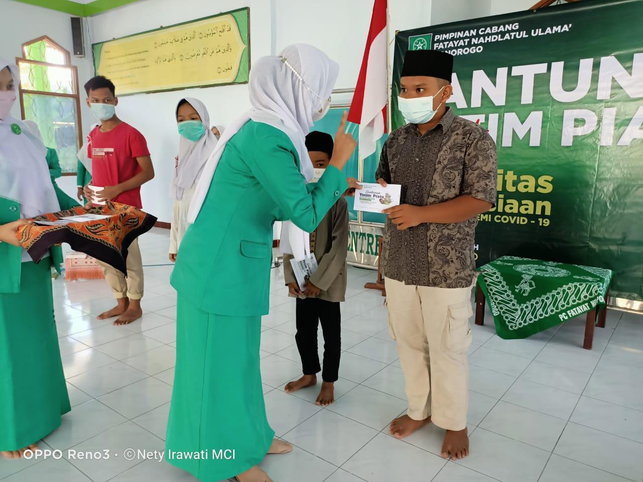 Pemberian santunan kepada anak Yatim piatu oleh ketua PC Fatayat NU Ponorogo