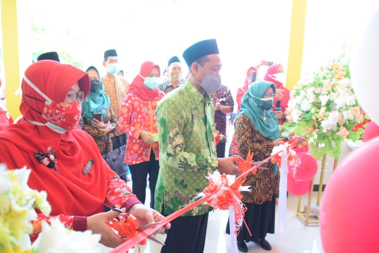 Pengguntingan pita menandai pengoperasian gedung instalasi rawat jalan RSU Muslimat Ponorogo