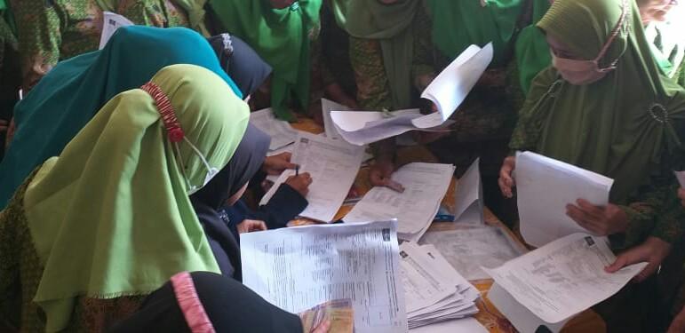 Petugas registrasi sempat kewalahan melayani pengembalian formulir Kartanu dari para anggota Muslimat NU Pangkal