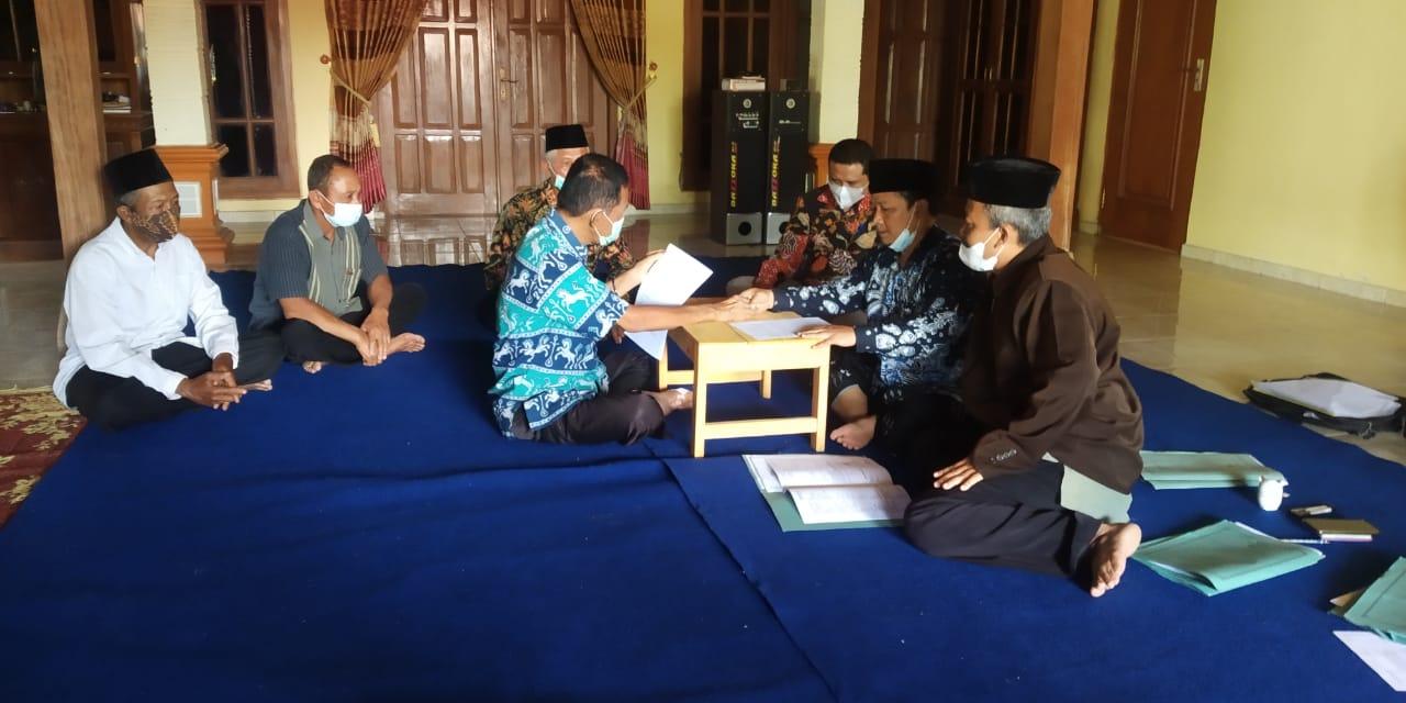 Prosesi ikrar wakaf tanah mbah Senu Kepala Desa Bulu Lor kepada Nadzir Wakaf MWC NU Jambon Ahmad Baihaqi