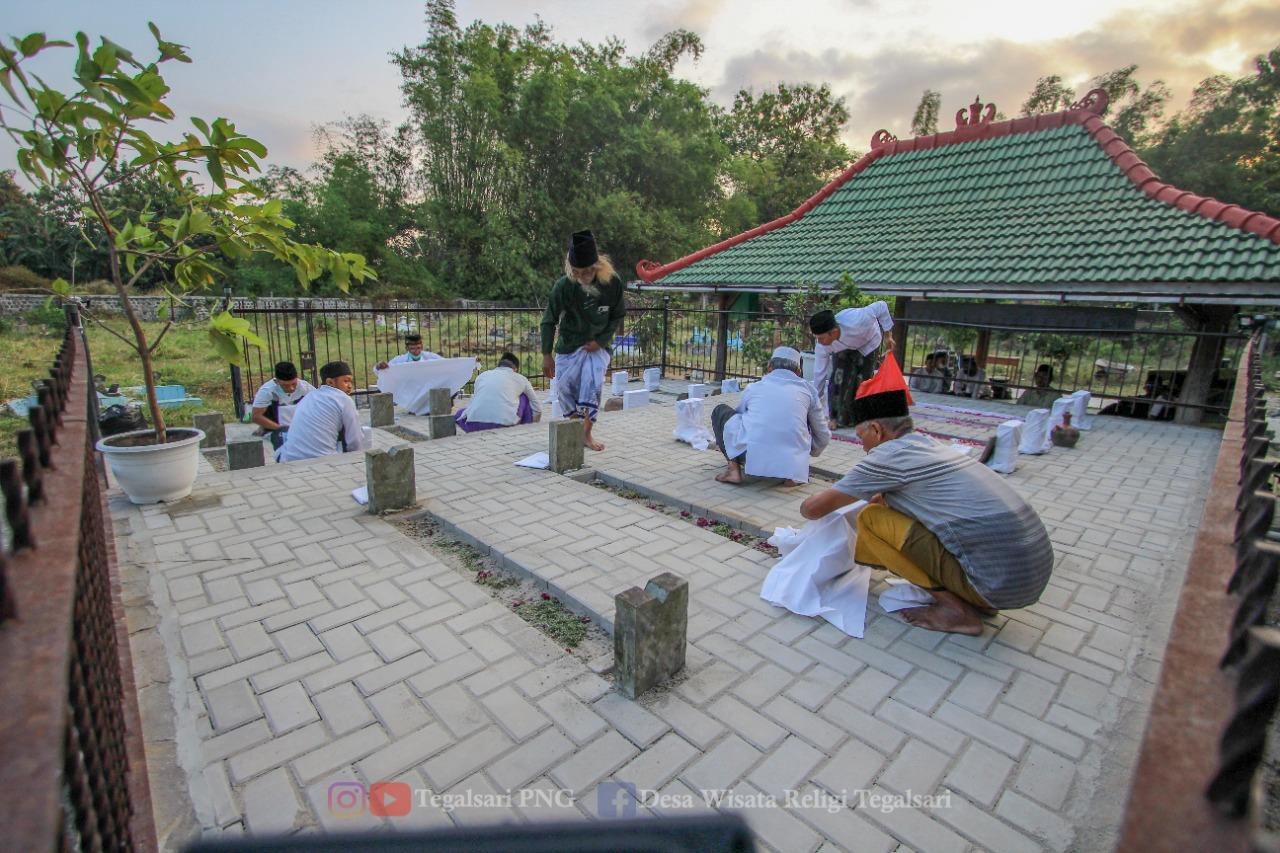 Prosesi penggantian kain putih atau mori penutup batu nisan makam Kiai Nur Shodiq Al Hafidz