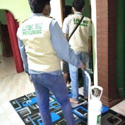 Relawan LPBI NU mengantar tabung oksigen ke rumah salah satu penderita sesak nafas