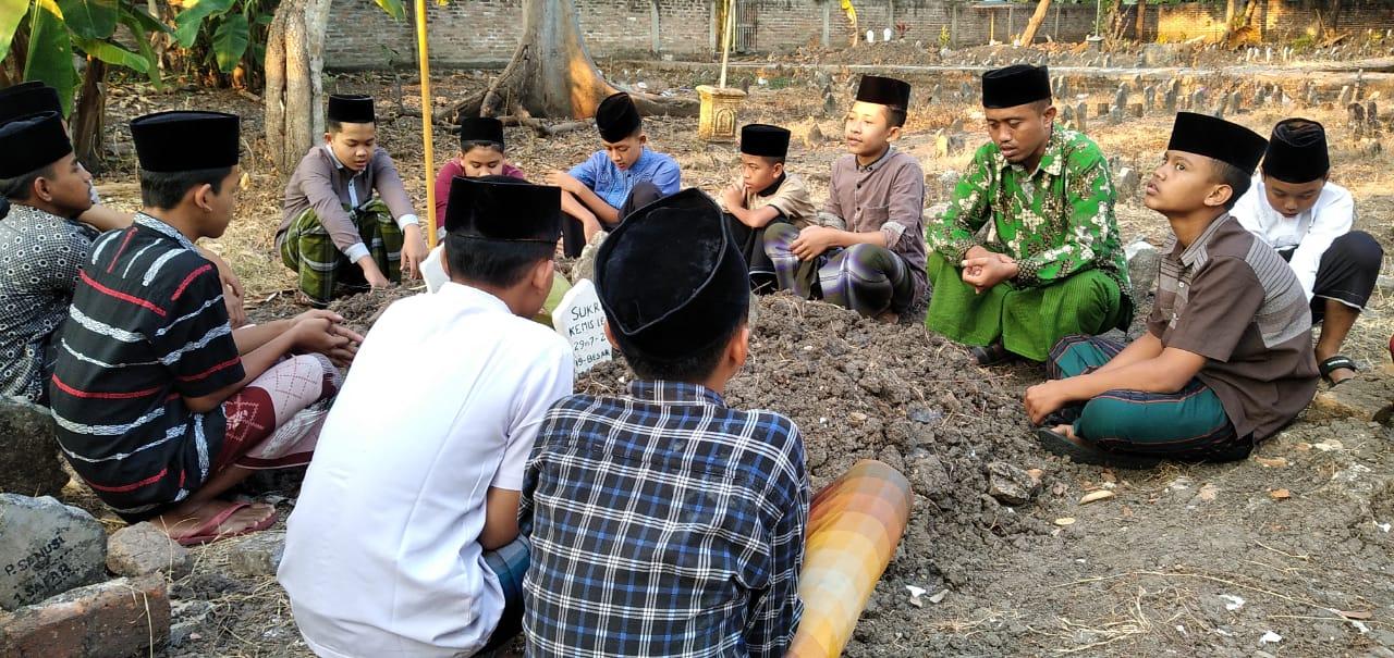 Santri PP Roudlotut Tholibin Carangrejo mengikuti pembacaan tahlil di makam mbah Sukri