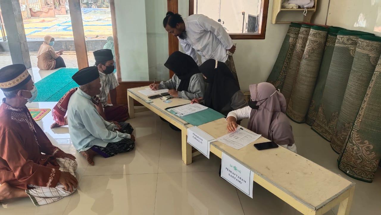 Satu persatu para lelaki jama'ah salat jum'at masjid Al Hikmah Sukun, Sidoharjo (Pulung) mendaftar Kartanu