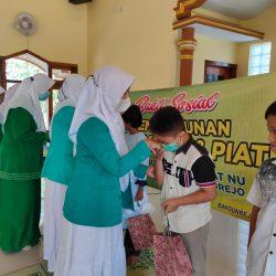 Seorang anak-yatim menerima paket santunan yang dihimpun PR Fatayat dan Muslimat NU Bangunrejo, Sukorejo