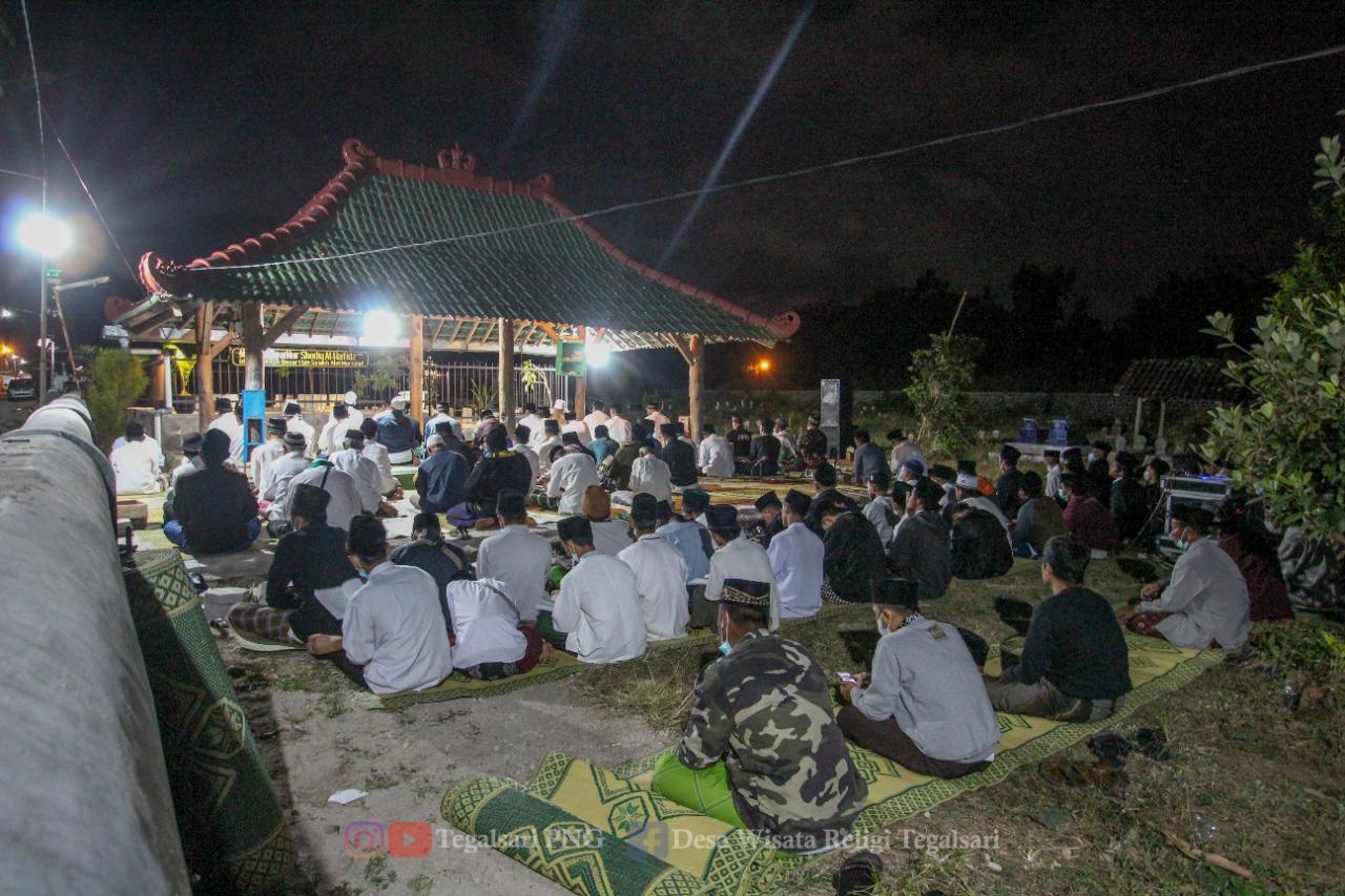 Suasana doa bersama dan pembacaan manakib di area makam Tegalsari dengan tetap taat prokes