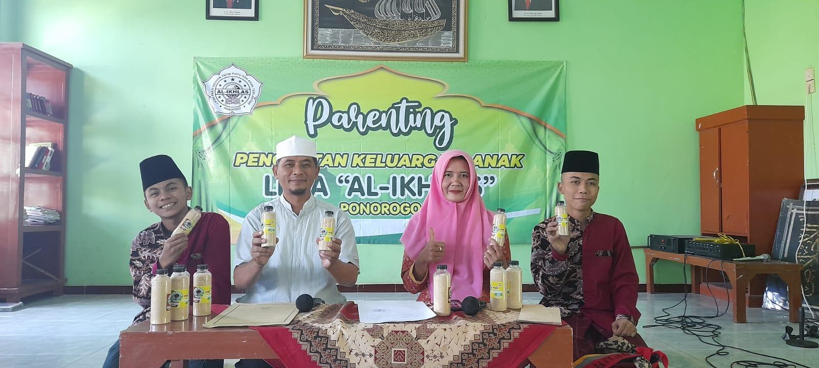 Taufiq Asyhari dan Indi Warwati bersama dua orang santri LKSA Al Ikhlas memamerkan kemasan jamu herbal