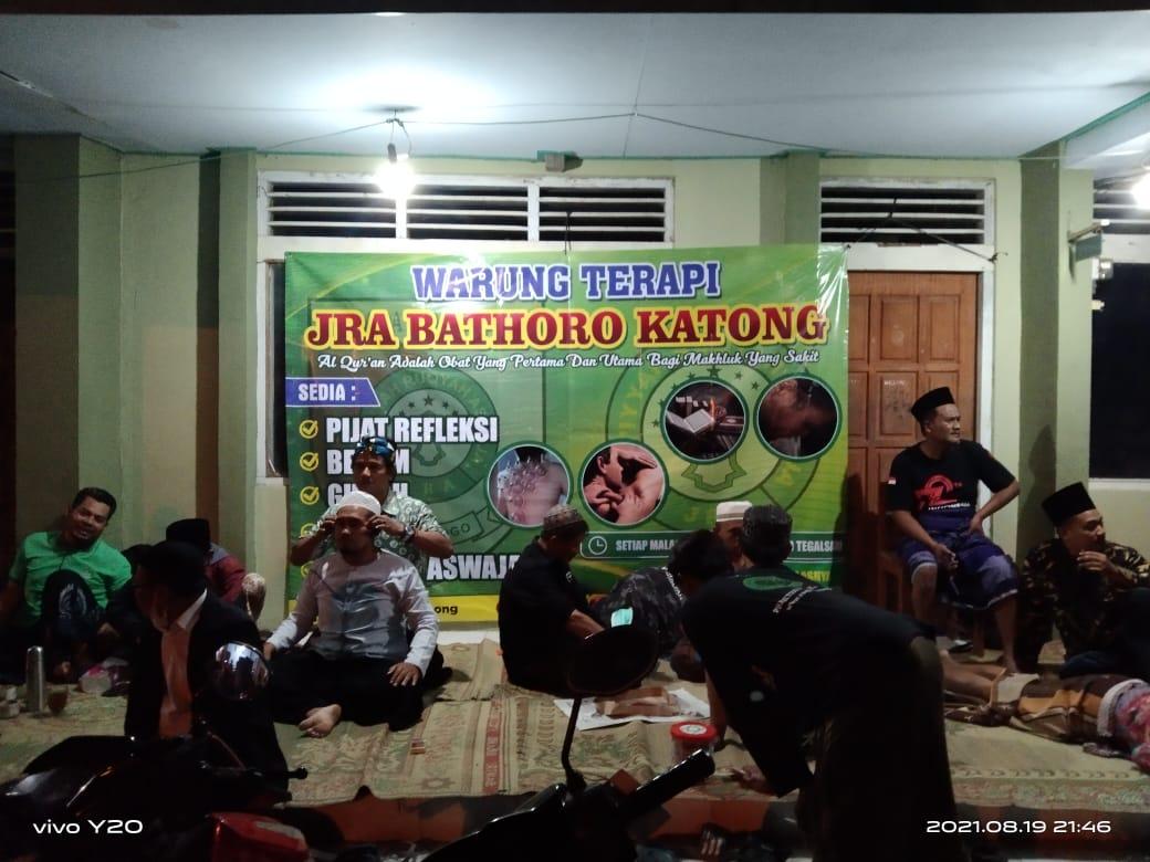 Suasana Warung Terapi JRA Batoro Katong di area Makam Tegalsari, Kamis (19/8) malam