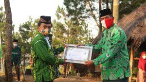 Ketua NU Ranting Tumpuk menerima penghargaan dari PCNU Ponorogo, Selasa (31/8)