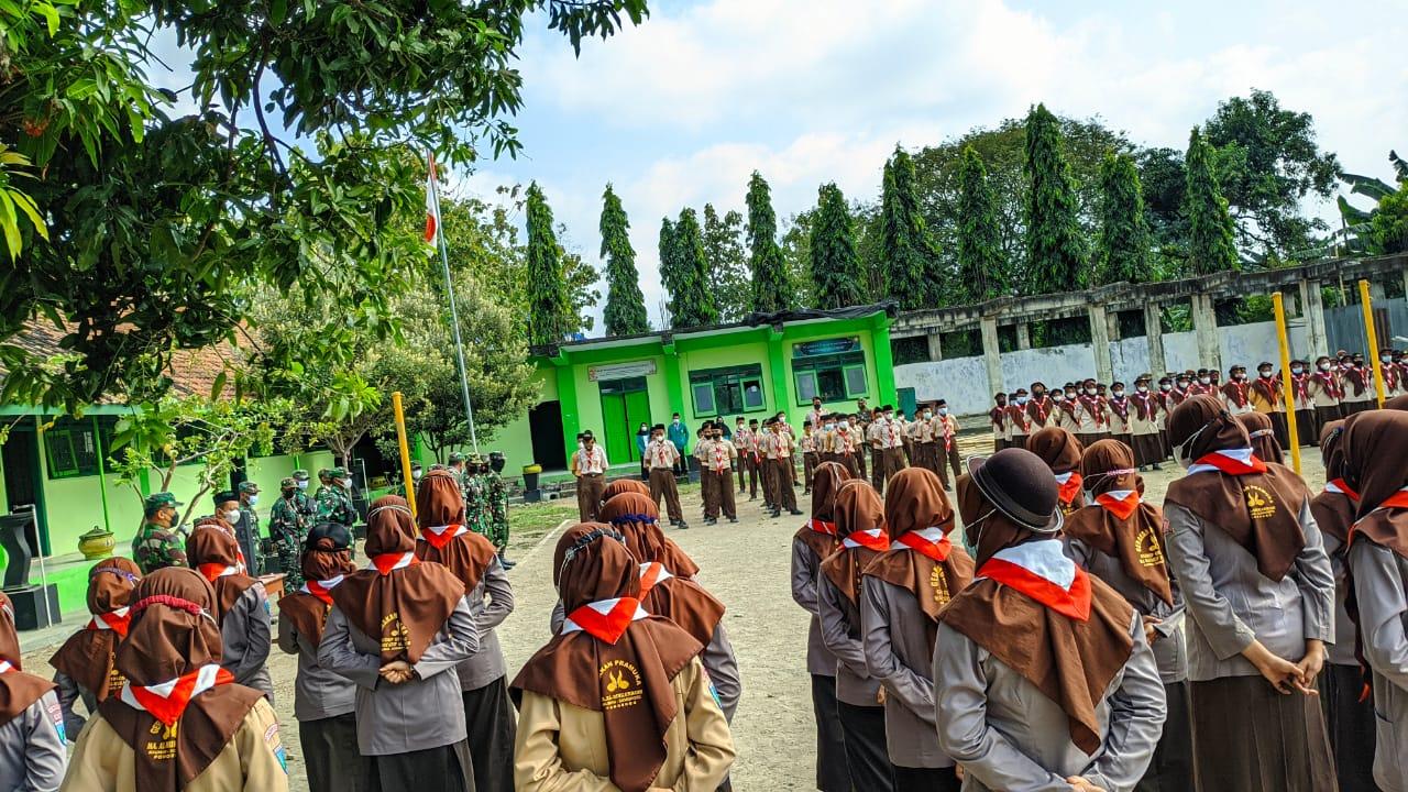 Kegiatan PBB siswa- siswi MTs.-MA Al Mukarrom di lapangan sekolah MTs.Ma'arif Al Mukarrom
