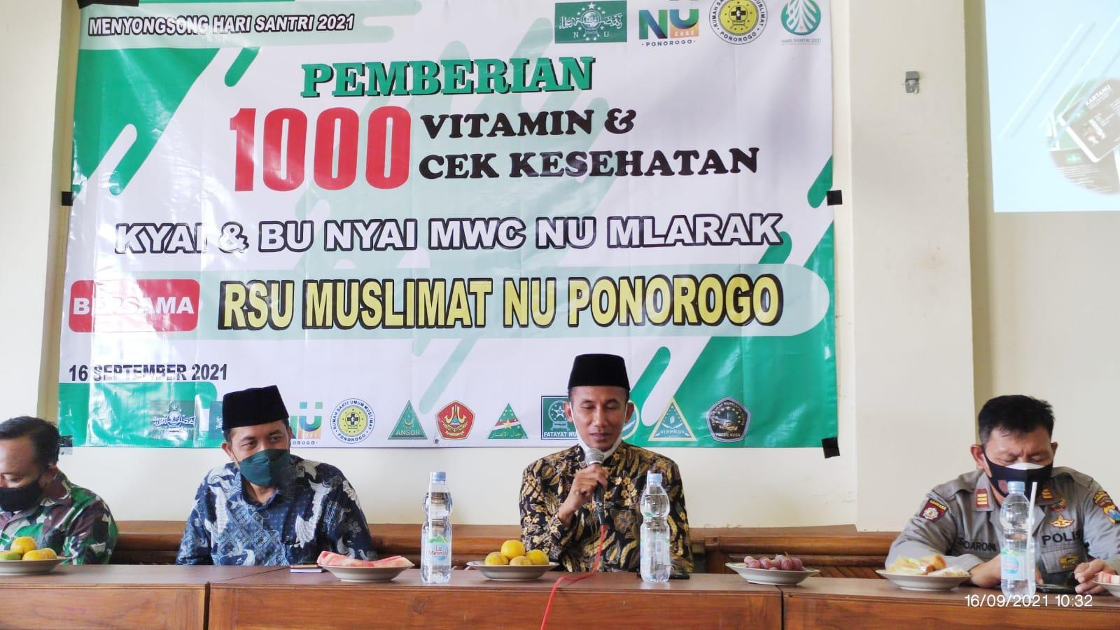 Pemberian 1000 vitamin dan cek kesehatan pada program peduli jaga kesehatan Kyai di MWC Mlarak