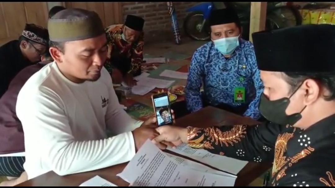 Salah satu Wakif terpaksa ikrar wakaf via video call, karena sedang berada di Kalimantan Tengah