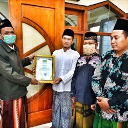 Ketua LTM NU menyerahkan Piagam masjid kepada takmir masjid di MWC Bungkal.