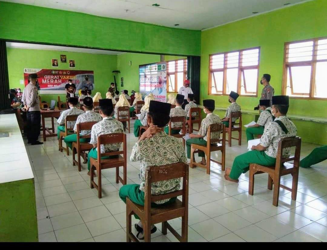 Pelaksanaan vaksinasi tahap I peserta didik di MTs. Al Azhar Gunungan , Sampung