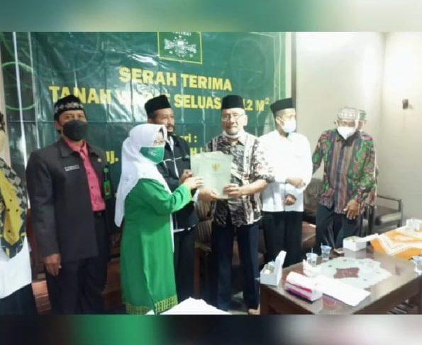 Penyerahan sertifikat tanah wakaf dari Ibu Hj.Hardiana, SH (diwakili H.Imam Hanafi) kepada pengurus PC Muslimat NU, Hj.Tufi Laily