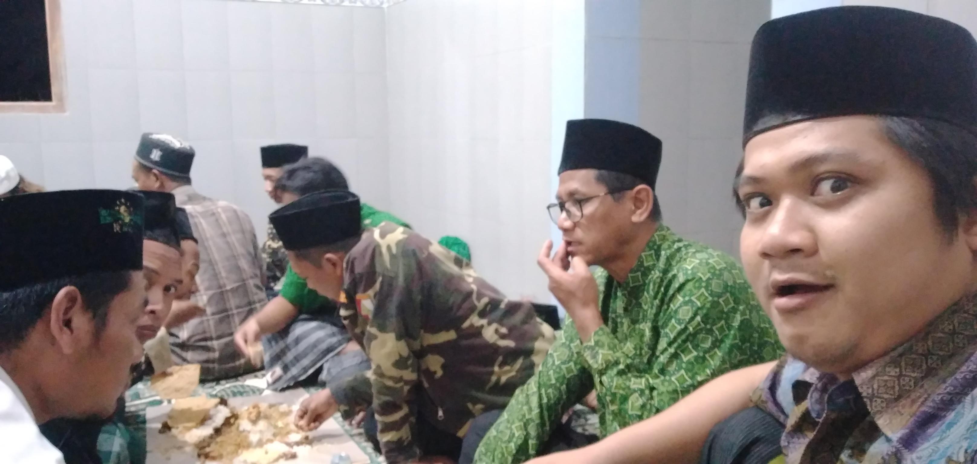 Rapat Anggota GP Ansor Ranting Sukosari ditutup dengan makan besar bersama