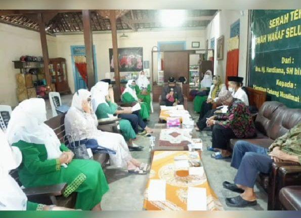 Segenap jajaran Pengurus Cabang Muslimat NU Ponorogo menyaksikan serah terima tanah wakaf Ibu. Hj.Hardiana,SH binti H.Mughni