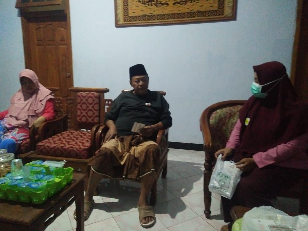 Tim peduli kesehatan Kyai saat beraksi ke rumah para Kyai NU